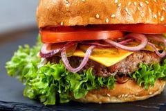 经典汉堡包宏指令有黑背景和选择聚焦 库存照片