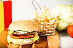 经典汉堡包用乳酪 免版税库存照片
