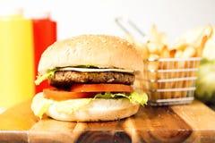 经典汉堡包用乳酪 免版税库存图片