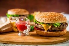 经典汉堡包用牛肉和西红柿酱在木板材 鲜美食物概念 免版税图库摄影
