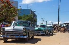 经典汽车在市场上的古巴 库存图片