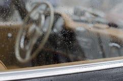 经典汽车方向盘  免版税库存照片