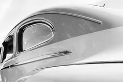 经典汽车旁边称呼 免版税库存照片