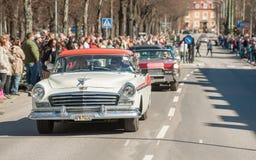 经典汽车游行在劳动节庆祝春天在瑞典 免版税图库摄影