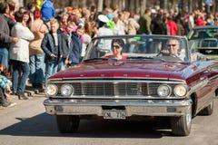 经典汽车游行在劳动节庆祝春天在瑞典 库存照片