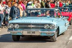 经典汽车游行在劳动节庆祝春天在瑞典 免版税库存照片