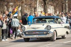 经典汽车游行在瑞典庆祝春天 免版税库存图片