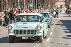 经典汽车游行在瑞典庆祝春天 免版税库存照片