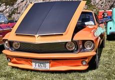 经典汽车的边在黑和橙色的 免版税图库摄影