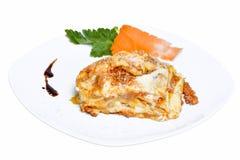 经典烤宽面条用在白色背景的博洛涅塞调味汁 库存图片