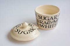 经典糖罐有与盒盖的匙子顶视图在前面 免版税库存图片
