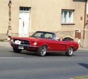 经典红色美国敞蓬车, Ford Mustang 免版税库存图片