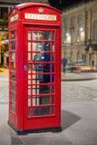 经典红色英国电话亭,夜场面 库存图片