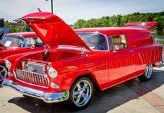 经典红色雪佛兰轿车交付 库存图片