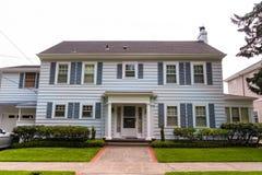 经典美国墙板郊区房子 免版税图库摄影