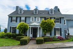 经典美国墙板郊区房子 免版税库存图片