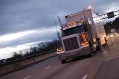 经典美国大半船具卡车拖拉机和拖车在eveni 免版税库存图片