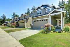 经典美国房子外部与车库和车道 免版税库存照片