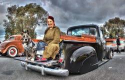 经典美国拾起有妇女和她的狗的卡车 免版税库存照片