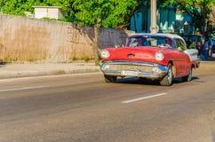 经典美国红色汽车在哈瓦那,古巴 免版税库存图片