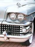 经典老汽车特写镜头前面权利视图 免版税库存照片