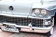 经典老汽车特写镜头前面权利视图 库存照片