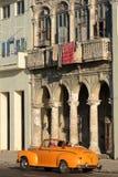经典老美国汽车和亚麻布在阳台 免版税库存图片