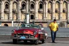 经典老美国汽车在哈瓦那历史的中心 图库摄影