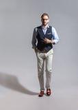 经典背心的走的和蔼时髦的有胡子的人 免版税库存图片