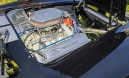 经典葡萄酒跑车惊人的特写镜头视图详述了发动机零件 库存图片