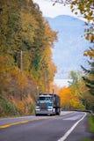 经典蓝色半卡车高镀铬物在壮观的路用管道输送 免版税图库摄影
