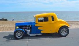 经典蓝色和黄色Hotrod 免版税库存图片