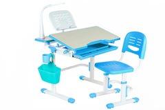 经典蓝色椅子、学校书桌和蓝色篮子 图库摄影