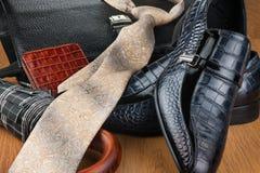 经典蓝色鞋子、领带、伞和公文包在木地板上 库存照片