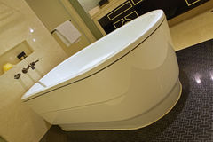 经典设计卫生间倾斜的看法有大浴缸、光亮的大理石墙壁和versace的启发了橱门 库存照片