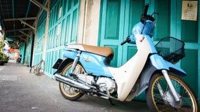 经典门绿色和自行车在唐人街(Yaowarat)路,大街在唐人街,一次曼谷地标 免版税库存图片