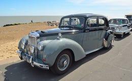 经典阿尔维斯灰色夫人汽车在沿海岸区散步停放了 图库摄影
