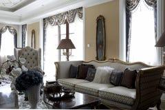 典雅和明亮的客厅 库存照片