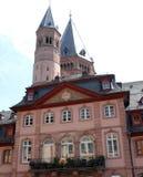 典雅和简单的宫殿在一座钟楼和一个大塔后的美因法在德国 库存照片
