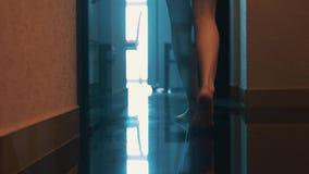 典雅妇女步行看法对门户开放主义的卫生间的 任何地方 性感的行程 floor 股票录像