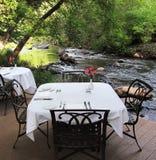 典雅用餐在小河旁边 库存图片
