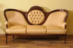 典雅的一个木条地板沙发 免版税库存图片