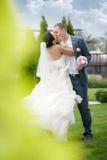 典雅的一起摆在室外的新娘和新郎 免版税库存图片