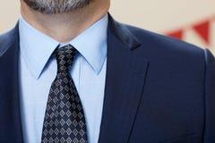 典雅的与领带的人佩带的衣服 库存照片