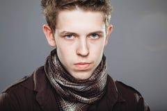 典雅的人围巾衬衣佩带的年轻人 免版税库存照片