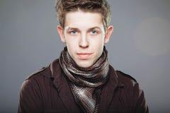 典雅的人围巾衬衣佩带的年轻人 免版税图库摄影