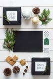 典雅的北欧减速火箭的圣诞节,从上面包裹驻地,书桌视图,网上购物 免版税库存图片
