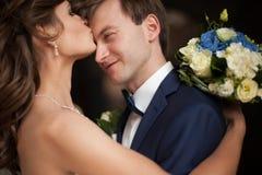 典雅的华美的愉快的深色的站立在的新娘和新郎 图库摄影