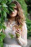 典雅的华美的摆在公园的新娘和时髦的新郎 库存照片