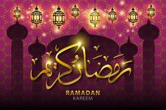 典雅的发光的金黄星、新月形垂悬在回教社区日的, Eid Mubar发光的紫色背景的月亮和球 图库摄影